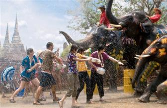 الاحتفال بالعام التايلاندي الجديد برش الماء والأزياء التاريخية| صور