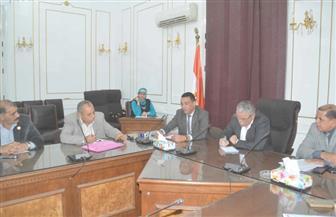 محافظ المنيا يبحث مع النواب توفير بدائل لنقل لطلاب والموظفين عقب إلغاء 3 خطوط قطارات