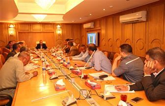 محافظ قنا يناقش أعمال لجنة استرداد وتقنين أراضي الدولة | صور