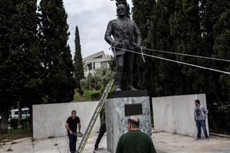 محاولة إسقاط تمثال للرئيس الأمريكى في أثينا احتجاجا على الضربات الغربية في سوريا
