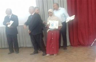 رئيس قطاع التعليم يكرم الطالبة إسراء الفائزة في مسابقة حفظ القرآن الكريم بالأقصر| صور