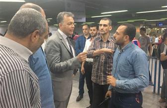وزير النقل يقوم بجولة مفاجئة لعدد من محطات المترو والسكك الحديدية| صور