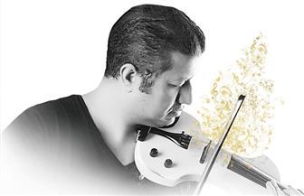 محمود سرور يقدم أشهر أغاني محمد عبده علي الكمنجة