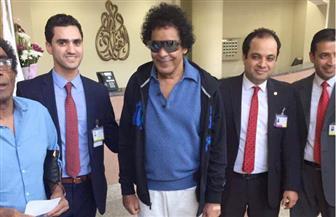 أول صور للكينج محمد منير وهو يغادر المستشفى إلى منزله