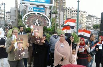 توافد مئات المواطنين على ميدان الساعة بدمياط للاحتفال بفوز الرئيس السيسي | صور