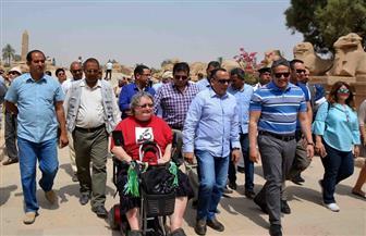 وزير الآثار يتفقد ممرات ذوي الاحتياجات الخاصة بمعبد الكرنك.. وسائحة تشكره على المبادرة | فيديو وصور