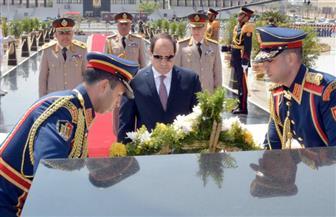 الرئيس السيسي يضع إكليلا من الزهور على النصب التذكاري لشهداء القوات المسلحة