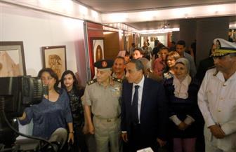 """نقيب الصحفيين يفتتح معرض """"يد ترسم ويد تحمل السلاح"""" بمؤسسة """"الأهرام"""""""