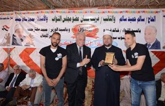 شباب مدينة الطور يهدون درعا خاصة لوزير الأوقاف تقديرا لجهوده الوطنية