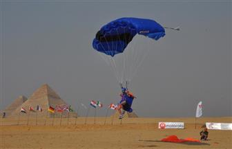 محافظ الجيزة يشاهد مهرجانا للمظلات والرياضات الجوية أمام الأهرامات | صور