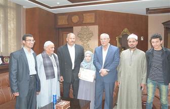 """محافظ المنيا يكرم """"تسنيم"""" لحصولها على المركز الرابع عالميا في حفظ القرآن"""