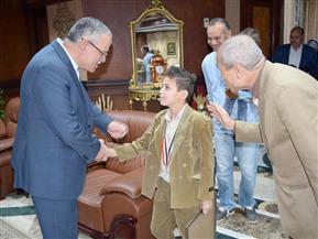 محافظ المنيا يكرم طالبا لحصوله على المركز الأول في بطولة الجمهورية للكونغ فو