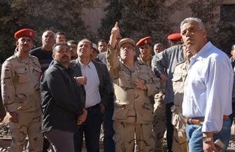 محافظ الإسكندرية ومدير الأمن بموقع العقار المنهار.. والمحافظة تطالب المواطنين بالابتعاد عن المكان | صور