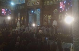 تصفيق حاد وزغاريد وأصوات أجراس الكنيسة فى استقبال البابا بقداس عيد القيامة | صور
