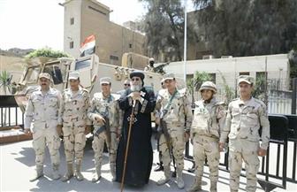 البابا تواضروس يلتقط الصور التذكارية مع جنود القوات المسلحة المسئولين عن تأمين الكاتدرائية
