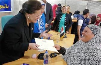 محافظ البحيرة توزع 1323 شهادة أمان على النساء المعيلات | صور