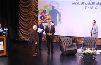 وزير الشباب والرياضة يمنح مكرم محمد أحمد درعا تذكارية على هامش مدونة السلوك للإعلام الرياضي
