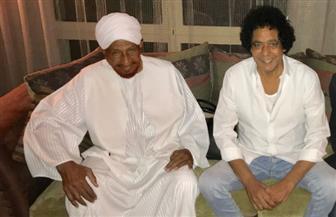 رئيس وزراء السودان الأسبق يزور محمد منير للاطمئنان على صحته  صور