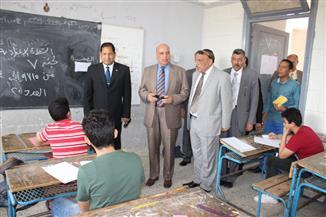 محافظ الغربية يتفقد سير لجان امتحانات الشهادة الإعدادية بقطور | صور