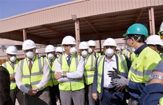 وزير البيئة ومحافظ أسيوط يتفقدان خطى الوقود البديل بمصنع الأسمنت | صور