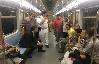 وزير النقل يتجول بمحطات مترو الأنفاق ويتابع عملية صرف التذاكر | صور