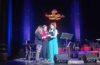 """لبنى عبدالعزيز تبكى في تكريم """"القوى الناعمة"""".. وتؤكد: """"الأهرام بيتي"""""""