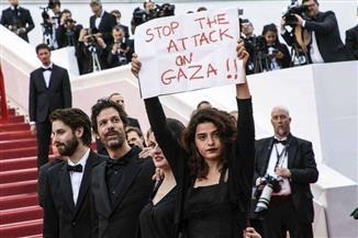 """فنانة لبنانية ترفع لافتة """"أوقفوا الاعتداء على غزة"""" بمهرجان كان   صور"""