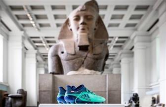 عرض حذاء محمد صلاح بجانب الآثار المصرية بالمتحف البريطاني