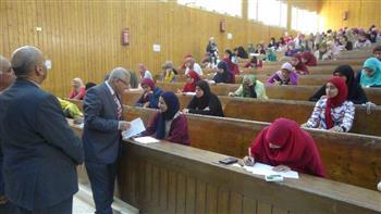 رئيس جامعة المنيا يتفقد امتحانات التربية النوعية والتربية للطفولة المبكرة