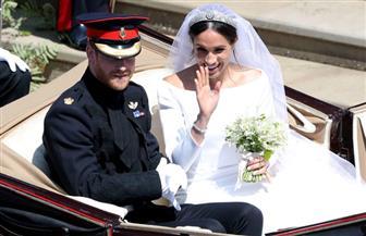 الأمير هاري يصطحب عروسه على عربة تجرها الخيول وسط حشود الجماهير في مشهد كرنفالي