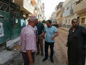 رئيس مركز أبوقرقاص بالمنيا يتابع أعمال الرصف بشارعي طلعت حرب والوفاء