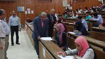 رئيس جامعة المنيا يتفقد امتحانات كليتي الصيدلة والعلوم