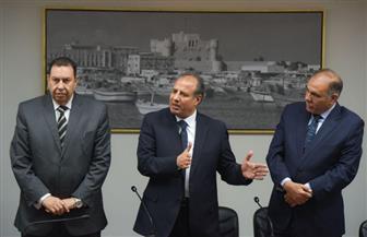 محافظ الإسكندرية يسلم 97 شهادة أمان لعمال خدمات المعاونة بالمحافظة | صور