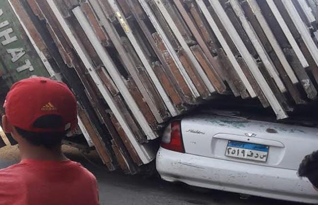 انقلاب سيارة نقل محملة بأخشاب على ملاكي متوقفة بـ سبورتنج  في الإسكندرية -