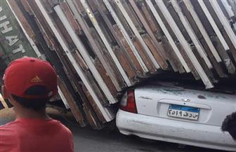 """انقلاب سيارة نقل محملة بأخشاب على ملاكي متوقفة بـ""""سبورتنج"""" في الإسكندرية"""