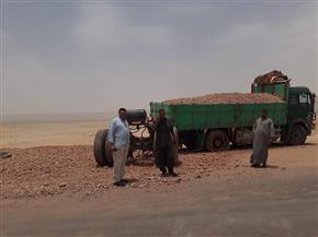 انقلاب سيارة نقل محملة بالطفلة على الطريق الصحراوى الغربى جنوب الأقصر | صور