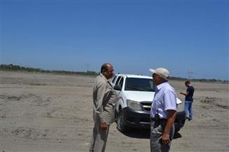 رئيس مدينة بلطيم يتابع ردم موقع مصنع الرمال السوداء | صور