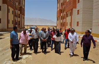 محافظ السويس يتابع أعمال إنشاء 2832 شقة بمدينة زويل | صور