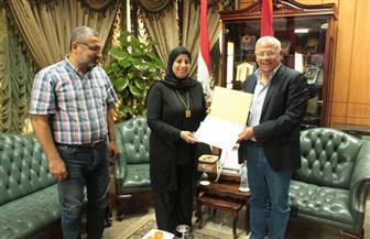 محافظ بورسعيد يستقبل أسرة الشهيد عمرو السقا
