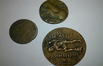 ضبط 3 عملات برونزية ترجع للعصر اليوناني الروماني أثناء محاولة تهريبها إلى ليبيا| صور