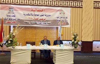 وزير القوى العاملة يسلم 1014 شهادة أمان لعمال الإسكندرية | صور