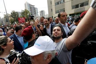 لبنانيون يلتقطون صورا مع سعد الحريري عقب إدلائه بصوته