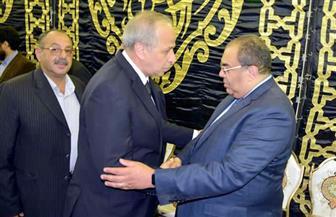 محافظ القليوبية يقدم العزاء لأسرة الراحل خالد محيي الدين | صور