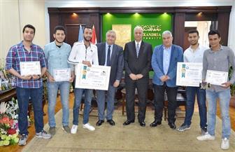 رئيس جامعة الإسكندرية يكرم طلاب كلية الهندسة | صور