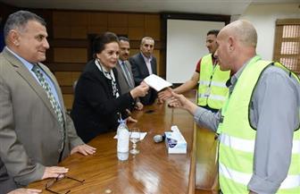 محافظ البحيرة تسلم 2200 شهادة أمان لعمال النظافة | صور