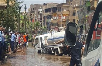 """""""مياه الأقصر"""" تواصل إصلاح خط الصرف المتسبب بالهبوط الأرضي بشارع التليفزيون"""