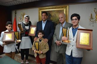 محافظ الغربية يكرم الفائزة بلقب الأم المثالية بالسعودية | صور