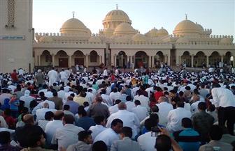 الآلاف يؤدون صلاة عيد الفطر بمسجد الميناء الكبير بالغردقة