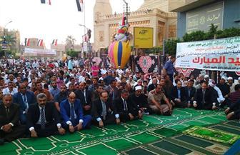 محافظ بنى سويف يصلى العيد مع المواطنين ويوزع الكعك والبسكويت عليهم  صور