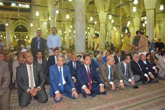 محافظ الغربية يؤدى صلاة العيد بالمسجد البدوى ويزور أسر الشهداء